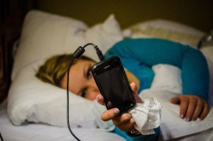 constantly-checking-your-phone-before-you-go-to-sleep-600x397